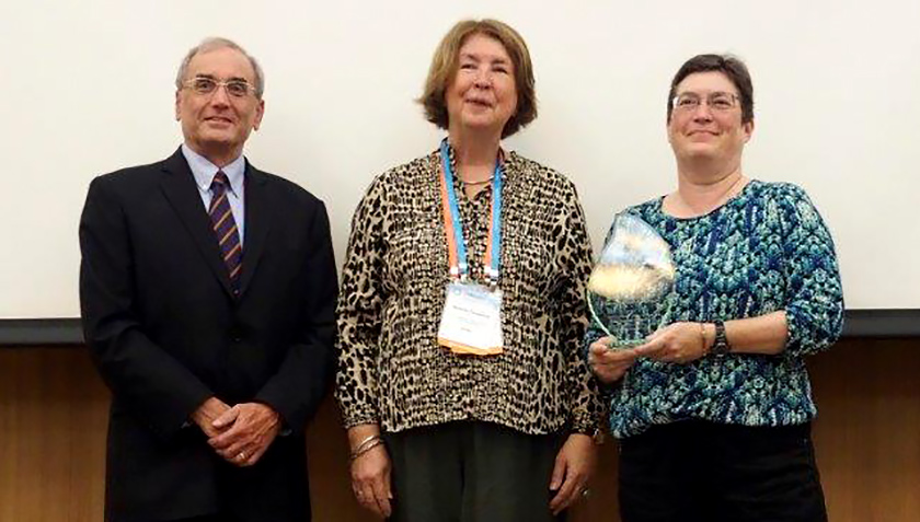 Eawag Director Janet Hering receives the Award from IUPAC President Mark Cesa and Vice President Natalja Tarasova (Photo: Leo Merz/SCNAT)