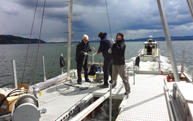 Removing a long sediment core requires a great deal of expertise: the ETH boring team on Lake Murten (Photo: Franziska Baumann).