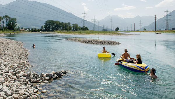 "Fig. 1: The section of the Linth Canal at Benken (Canton of St Gallen) restored as part of the ""Linth 2000"" flood protection project is popular with swimmers. But how does nature benefit from river enhancement? (Photo: Markus Forte/Ex-Press/FOEN)"