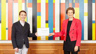 Sarah M. Springman, Rector of ETH Zurich, presents the Otto Jaag Water Protection Prize to Matthew Moy de Vitry. (Photo: ETH Zurich / Giulia Marthaler)