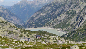 The rock laboratory where the fracturing experiments took place is located on the Grimsel Pass in the Bernese Oberland. (Image: Zairon, Wikimedia Commons)