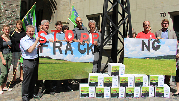 "The ""Stop Fracking"" group in Bern submits a popular initiative calling for a cantonal ban on gas extraction by hydraulic fracturing. (Photo: Green Party Bern)"