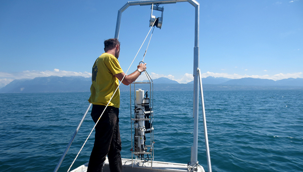 Measurements on Lake Geneva in July 2014. A CTD probe is used to measure conductivity, temperature, depth, oxygen content, pH value and turbidity of the water in a depth profile with high spatial resolution. (Photo: Beat Müller)