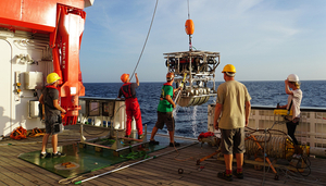 The RUV Hybis returns to the research vessel «Sonne» with samples collected from the depths. Photo: Jens Karstens, Geomar