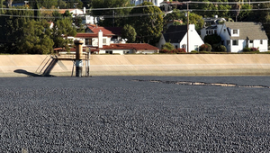 Almost 100 million plastic spheres reduce evaporation losses from the Los Angeles Ivanhoe reservoir. (Photo: Junkyardsparkle, CC0 1.0)