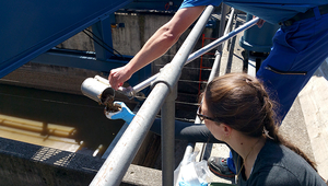 Sampling at the Werdhölzli treatment plant in Zurich. (Photo: Eawag, Elke Suess)