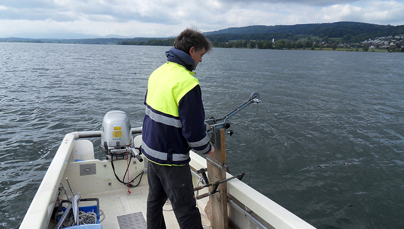 Water samples for the measurement of glyphosate in Lake Greifen were collected by the Zurich Office for Waste, Water, Energy and Air (AWEL) as part of a cantonal water monitoring programme. (Photo: Sebastian Stötzer)