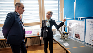 Kristin Schirmer explains to Federal Councillor Guy Parmelin how gill cells from rainbow trout are used in the fish cell line test, thereby replacing tests on live fish. Photo: Mallaun Photography