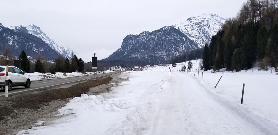 Der schwarz verfärbte Schnee entlang der Strasse ist vermutlich weitgehend auf den Pneuabrieb zurückzuführen. (Foto: Adriano Joss)